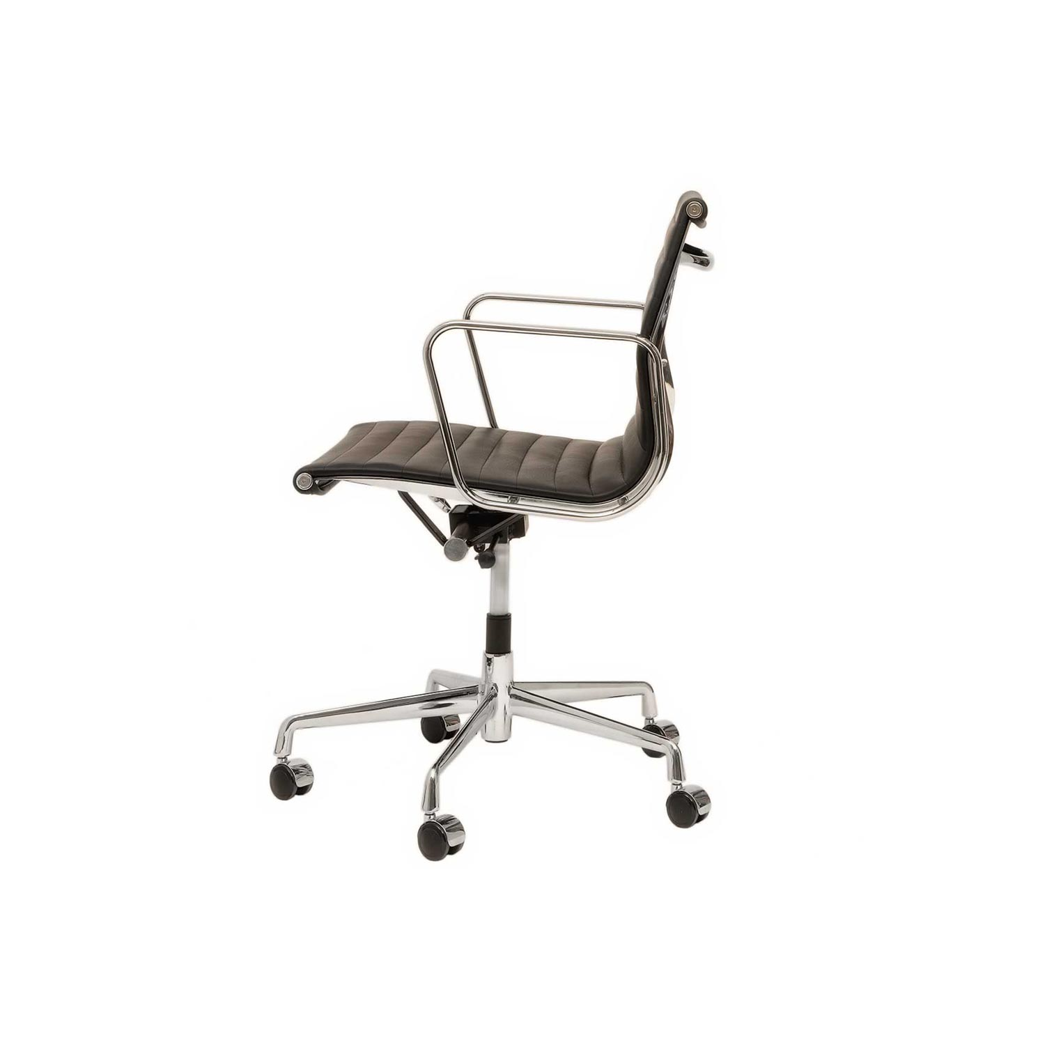 Chaise eames aluminium chair ea 117 classique du design for Reedition chaise eames